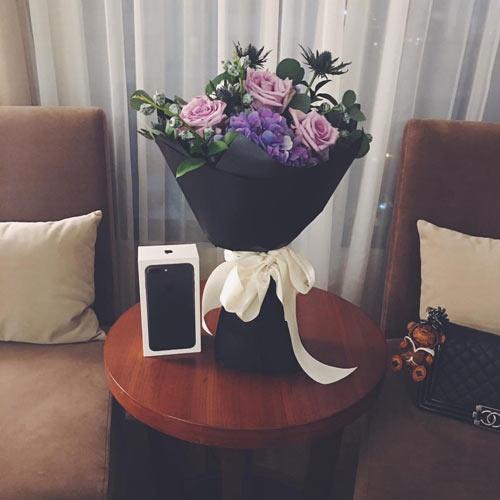 "van mai huong khoe hoa va iphone 7 moi ""dap hop"" ban trai tang - 1"