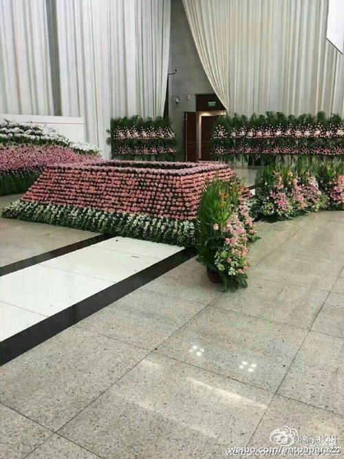 dam tang kieu nham luong ngap tran hoa hong trong nha tang le - 4