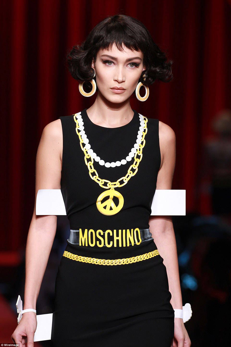 moschino lai gay sung so voi mot vay nhu do choi giay - 4
