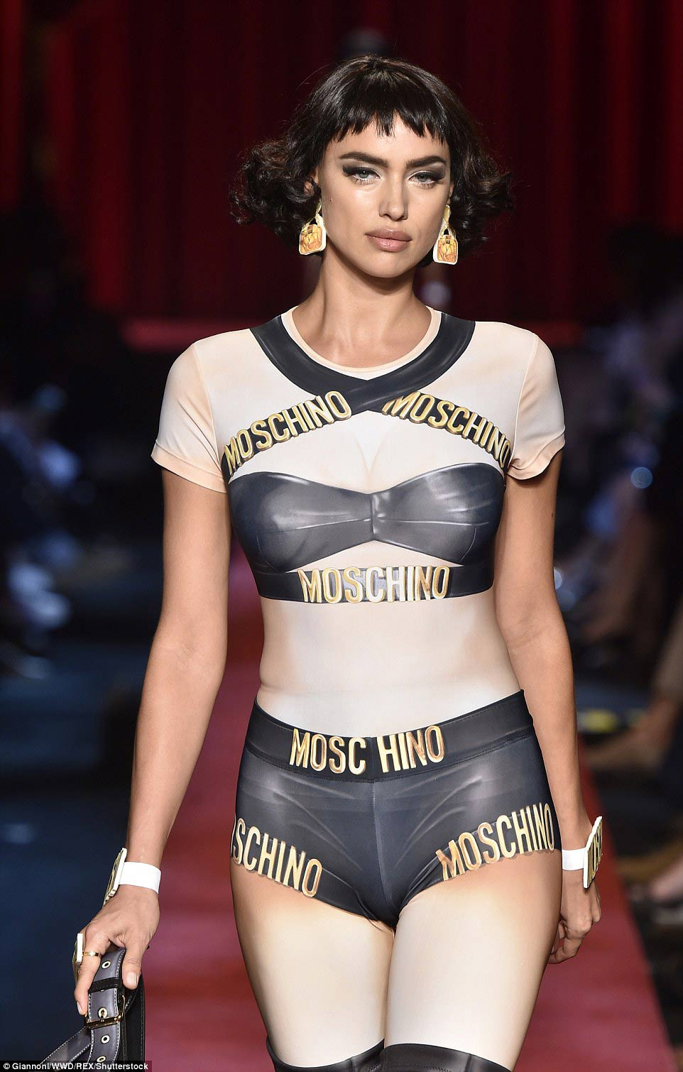 moschino lai gay sung so voi mot vay nhu do choi giay - 9