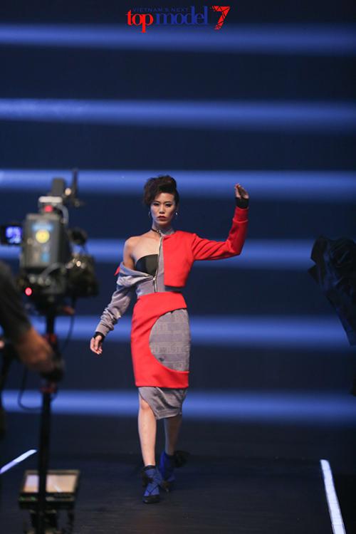 top 7 next top model vut ao, catwalk nguoc khi quay quang cao - 2