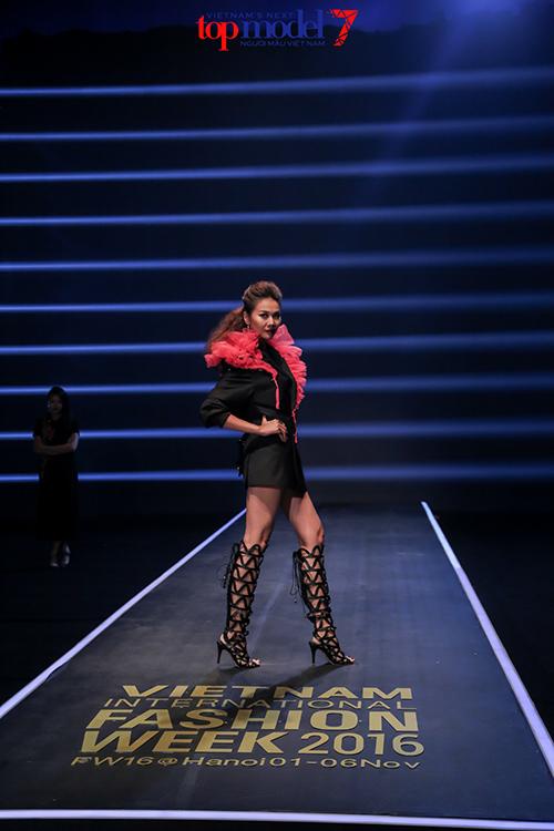 top 7 next top model vut ao, catwalk nguoc khi quay quang cao - 1