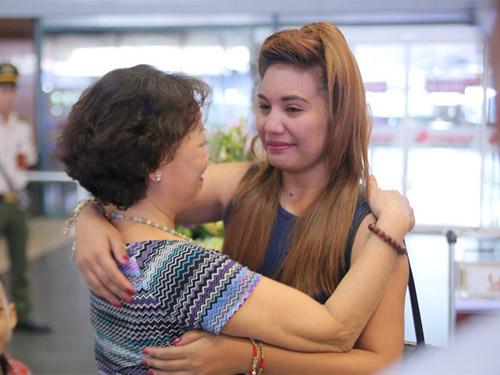 vietnam idol: nguoi dep philippines bat khoc khi ve ben me chong viet - 2