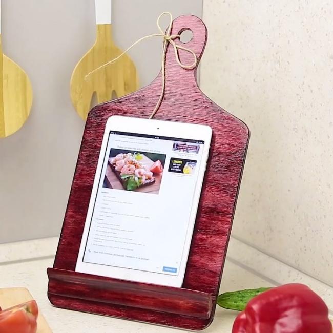 Giá đỡ ipad  Với chiếc giá đỡ bắt mắt này, nhà bếp sẽ trở nên ấn tượng hơn. Đồng thời, bạn có thể vừa nấu ăn vừa sử dụng ipad một cách an toàn.