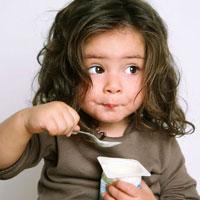 Mẹ tự làm sữa chua cho bé thưởng thức