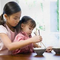 Tập cho bé thích ăn cơm