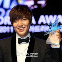 Lee Min Ho giành chiến thắng kép