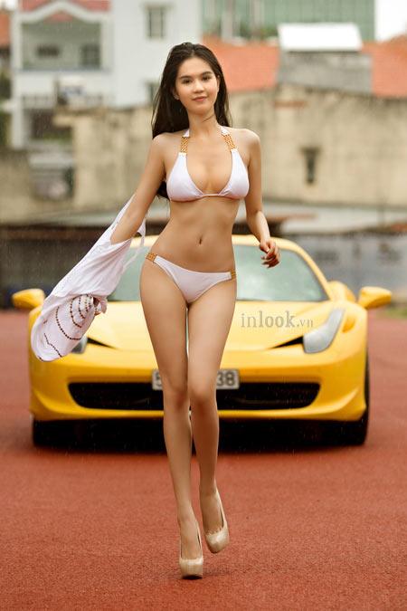 Ngọc Trinh tiếp tục cởi áo bên siêu xe - 3