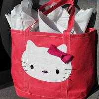 Trẻ năng động với túi xách 'xì tai' Hello Kitty