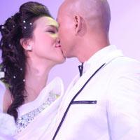 Phan Đinh Tùng hát và hôn cô dâu trong lễ đính hôn