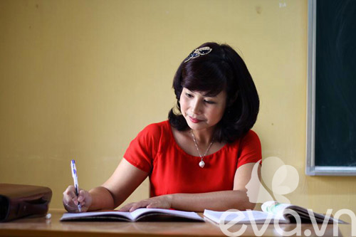Cô giáo 'tuổi băm' xinh tươi với áo dài colorblock - 2