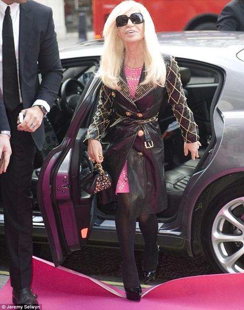 """BST Versace cho H&M """"cháy hàng"""" chỉ sau 30p mở cửa - 1"""