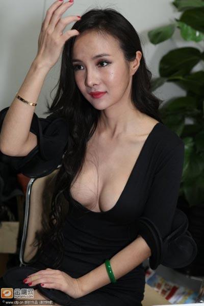 """Bom sex"" Gan Lulu khoe ngực kiểu mới - 1"