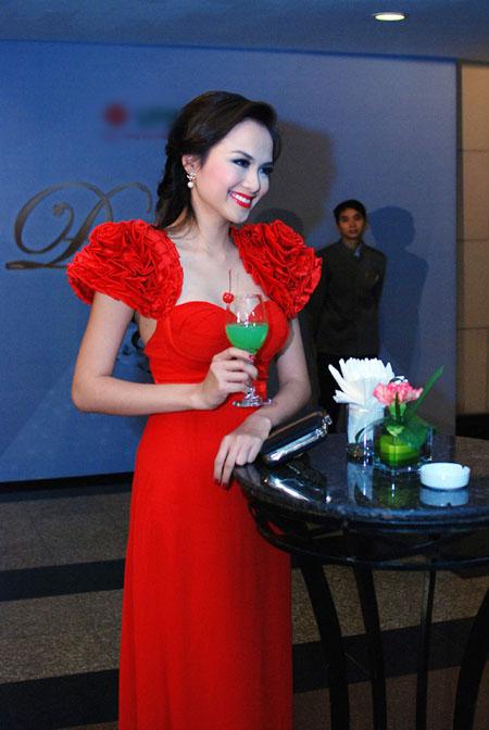 Hoa hậu Diễm Hương vô tình hớ hênh - 1