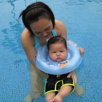 Học lỏm mẹ Tây tập bơi cho bé