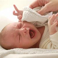 Có nên nhể nanh sữa cho bé sơ sinh?