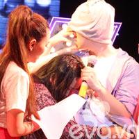 Mẹ Wanbi Tuấn Anh khóc trên sân khấu