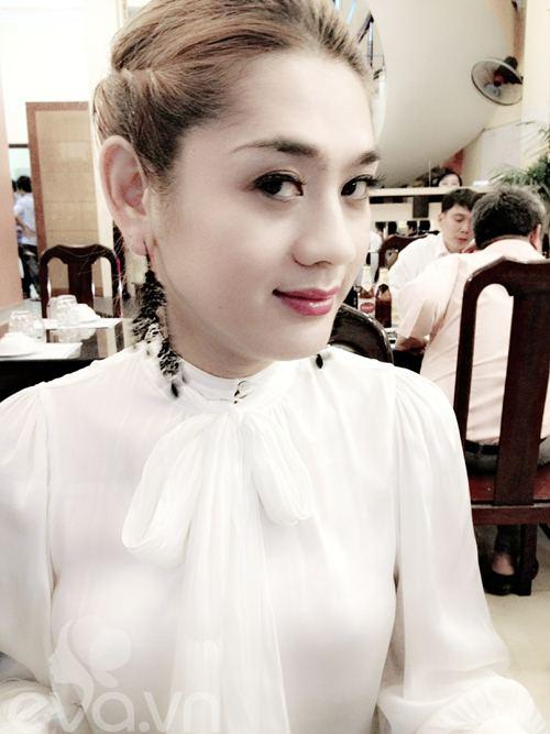Lâm Chí Khanh make up khá đậm, cô đi ăn tối ngay sau khi