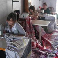 Chăn, đệm siêu rẻ từ vải vụn và giấy bọc hoa quả
