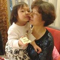 Triệu Vy đưa con gái đi mừng sinh nhật mẹ