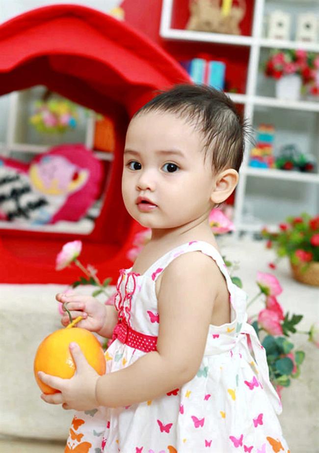 Ngay từ giây phút đầu nhìn thấy bé Quỳnh Phương (nickname là Ỉn con) ai cũng thấy ấn tượng ngay bởi đôi mắt quá ư là đẹp.
