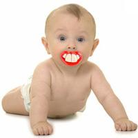 Bố nhổ răng cho bé bằng... ô tô