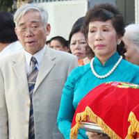 Bố mẹ chồng Jennifer Phạm giàu cỡ nào?