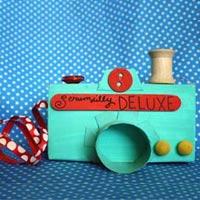 Học lỏm cách làm đồ chơi từ vật dụng cũ
