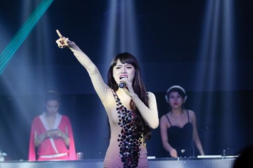 huong giang idol bat ngo bi fan cuong om hon - 7