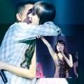Làng sao - Hương Giang Idol bất ngờ bị fan cuồng ôm hôn