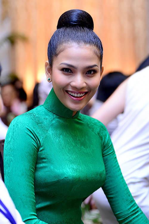 """truong thi may ung bien """"kho doan"""" voi ao dai - 4"""