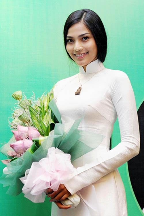 """truong thi may ung bien """"kho doan"""" voi ao dai - 10"""