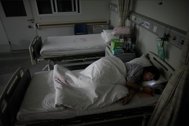 Sản phụ 26 tuổi tên Yang Huiqing đang nằm chờ sinh ở bệnh viện Ruijin, Thượng Hải, Trung Quốc.