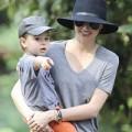 Làng sao - Mẹ con Miranda và Flynn diện áo đôi đi chơi