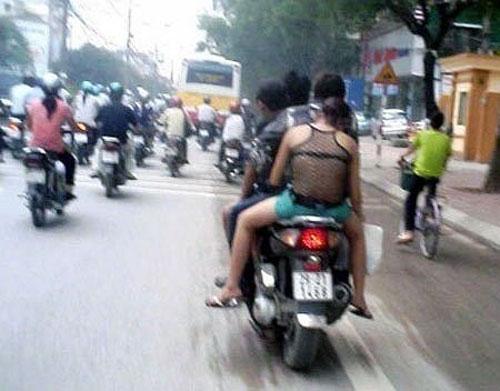 choang voi vay ao trong suot dao pho cua thieu nu viet - 11