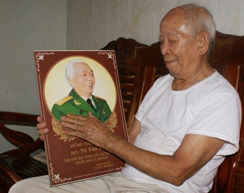 gap nguoi linh gia duoc tuong giap tang ao - 1