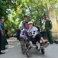 Tin tức - Cả nhà ngồi xe lăn đến viếng Đại tướng