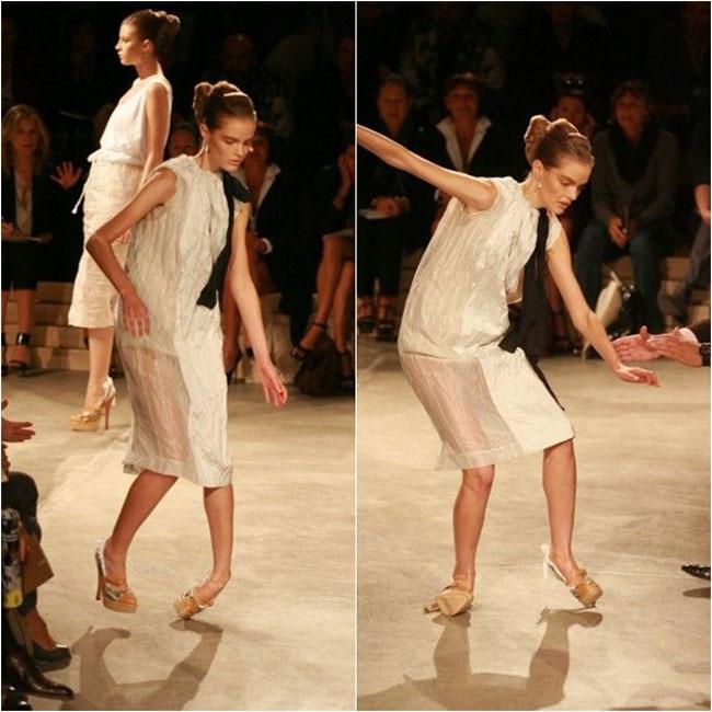 Dù là người mẫu chuyên nghiệp nhưng các người mẫu vẫn không thể tránh khỏi tai nạn nghề nghiệp. 'Vồ ếch' là một trong những sự cố khiến nhiều chân dài xấu hổ nhất. Hình bên là hình ảnh một người mẫu ngã sập xuống sàn diễn bởi đôi giàu siêu cao 15cm. Đôi chân của cô gần như cong vênh, trật khớp, rất nguy hiểm.