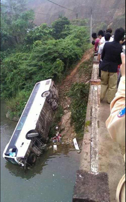 xe khach cho 32 nguoi lao xuong suoi - 1