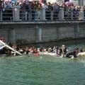 Tin tức - TQ: Sập cầu, hàng chục du khách rơi xuống sông