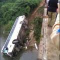 Tin tức - Xe khách chở 32 người lao xuống suối
