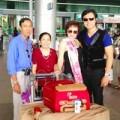 """Làng sao - Bố mẹ Vũ Hoàng Việt ra sân bay đón """"bồ già"""""""