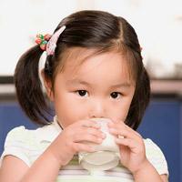 Uống sữa bột thì 'chất' hơn sữa tươi?