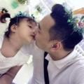 """Làng sao - Thành Trung âu yếm hôn """"công chúa nhỏ"""""""