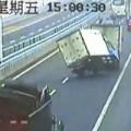 Tin tức - Xe tải đánh võng bằng hai bánh trên cầu