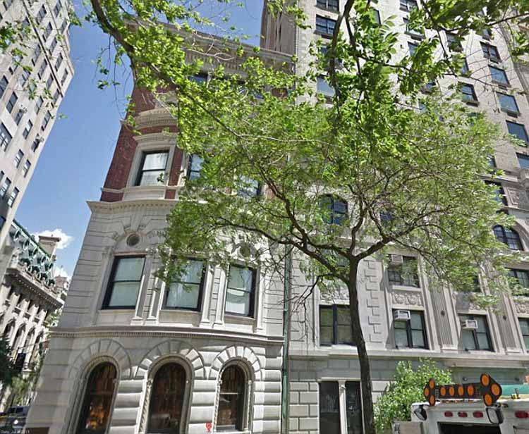 Tòa nhà nằm ở số 828, Fifth Avenue, trung tâm thành phố New York.