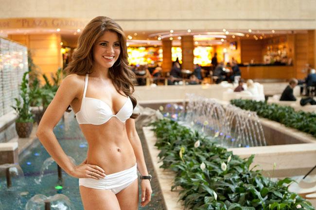 Trong khi đại diện của Việt Nam, Trương Thị May mới lên đường dự thi Hoa hậu Hoàn Vũ 2013 vào ngày hôm qua thì tại Nga, ban tổ chức đã bắt đầu cho các thí sinh 'điểm danh' sớm chụp hình với bikini. Được biết những bộ bikini trong buổi chụp này được tài trợ bởi thương hiệu áo tắm - nội y Yamamay và được diễn ra tại Trung Tâm thương mại thế giới Moscow. Cùng chiêm ngưỡng vẻ nóng bỏng của các người đẹp Hoa hậu hoàn vũ 2013.