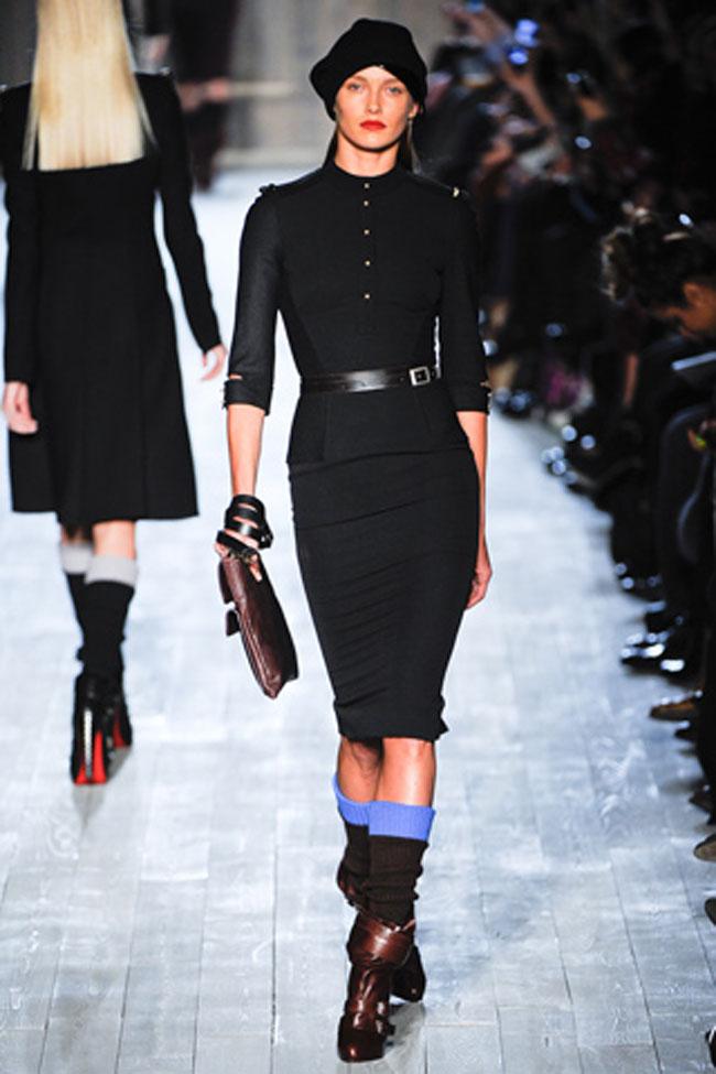 Nằm trong bộ sưu tập thu đông 2013, mẫu thiết kế này của Victoria toát lên vẻ thanh lịch và sang trọng. Bộ cánh mang sắc đen quyến rũ, đường cắt cúp tinh tế ôm lấy vóc dáng cơ thể.