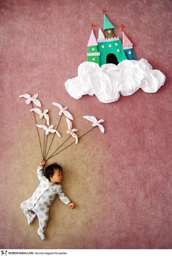 1001 tư thế ngủ của con luôn khiến các ông bố bà mẹ 'cười lăn bò càng'. Trẻ em ngủ vừa đáng yêu như thiên thần, lại vừa ngộ nghĩnh như những chú hề nhí.  Chính từ những liên tưởng về tư thế ngủ độc đáo của con đã giúp côQueenie Liao nảy sinh ý tưởng thực hiện một bộ ảnh,trong đó cô biến giấc ngủ của con mình thành những chuyến phiêu lưu như cổ tích.