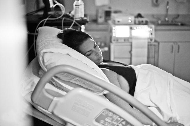 Với ưu điểm là đỡ đau và có tính thẩm mỹ nên hiện nay, ngày càng nhiều mẹ bầu chọn phương pháp sinh mổ.  Bài liên quan:  Cận cảnh một ca đẻ mổ ở BV Việt Pháp  Phục hồi 'thần tốc' sau đẻ mổ  Sữa về sau đẻ mổ, làm thế nào?  Đẻ mổ - Thật nhẹ nhàng!